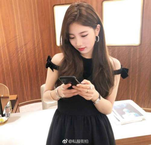 韩国美女明星裴秀智身着Fendi连衣裙出席活动与林