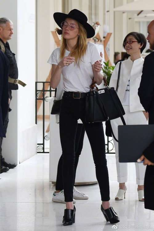 欧美美女明星Amber Heard私服黑白搭配时尚街拍图片